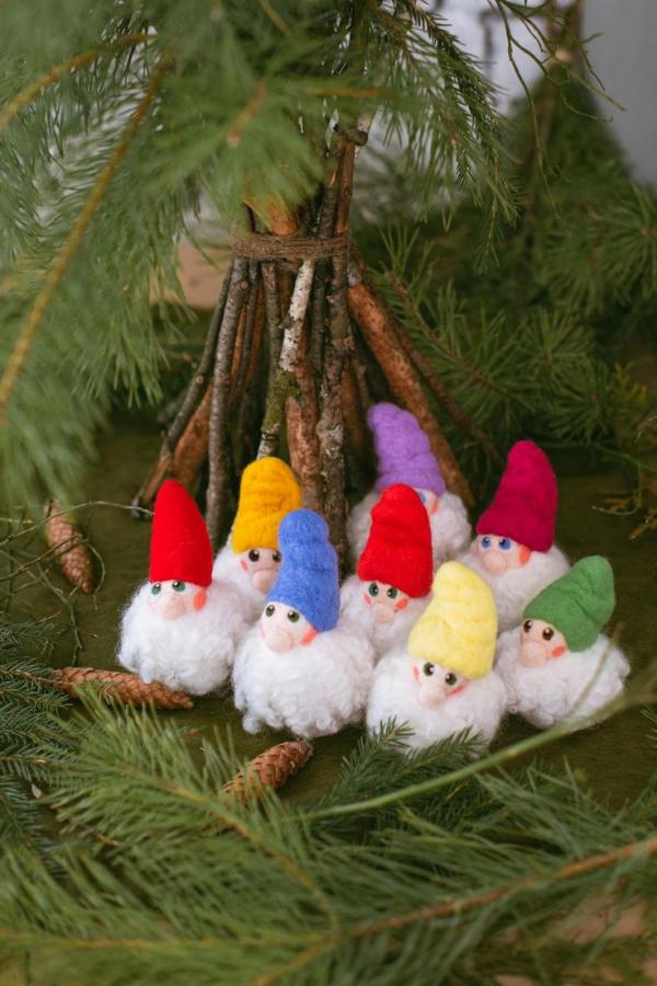 Weihnachtswichtel basteln – Ideen und Anleitung für eine fantastische Winterdeko niedliche ornamente pompons