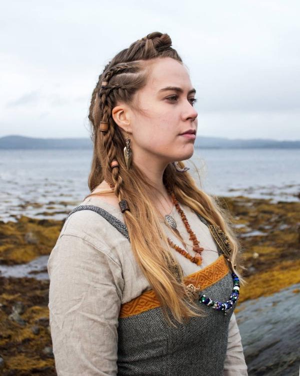 Wikinger Frisuren für Damen und Herren, inspiriert von der nordischen Kultur authentische kleidung und frisur damen