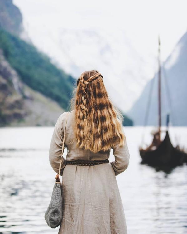 Wikinger Frisuren für Damen und Herren, inspiriert von der nordischen Kultur half up half down frisur damen