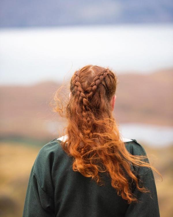 Wikinger Frisuren für Damen und Herren, inspiriert von der nordischen Kultur half up half down mit zopf rot