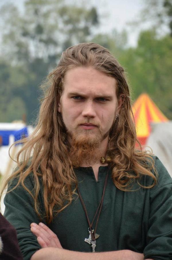 Wikinger Frisuren für Damen und Herren, inspiriert von der nordischen Kultur lange blonde haare mann
