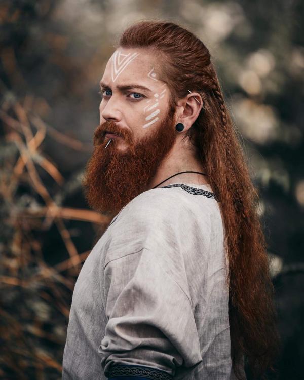 Wikinger Frisuren für Damen und Herren, inspiriert von der nordischen Kultur lange haare bart rot historisch wahr