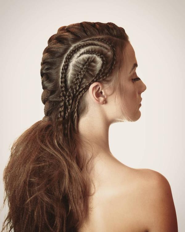 Wikinger Frisuren für Damen und Herren, inspiriert von der nordischen Kultur pompadour mit vielen zöpfen