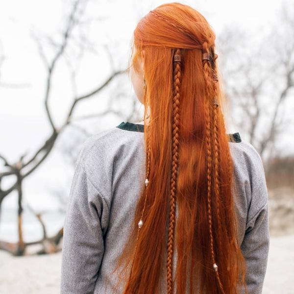 Wikinger Frisuren für Damen und Herren, inspiriert von der nordischen Kultur rote haare mit langen zöpfen