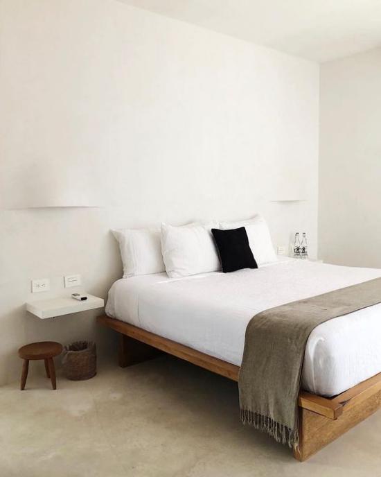 Zen Schlafzimmer Möblierung auf das Minimum reduziert Schlafbett Hocker Korb erholsamen Schlaf genießen
