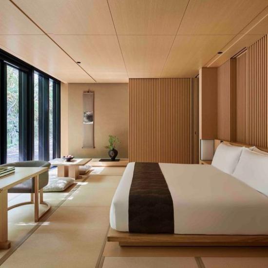 Zen Schlafzimmer Minimalismus auf Japanisch bequemes Bett großes Fenster viel Holz Beige Ordnung und Sauberkeit