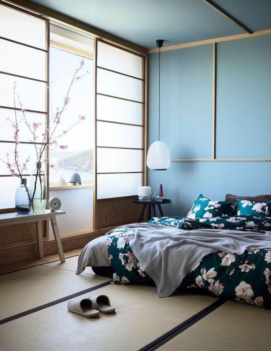 Zen Schlafzimmer blaues Interieur viel Tageslicht blühende Kirschzweige Raumschmuck