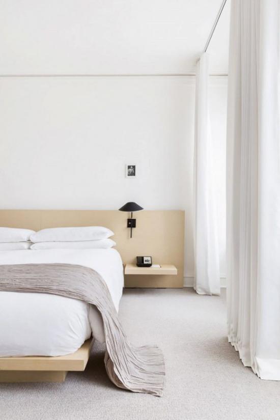 Zen Schlafzimmer helles Ambiente weiße Bettwäsche beste Ordnung perfekte Sauberkeit