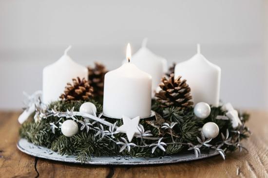 adventskranz basteln weiße stumpenkerzen tannengrün