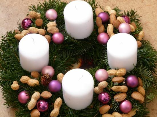 einfachen adventskranz basteln erdnüsse weihnahtskugeln