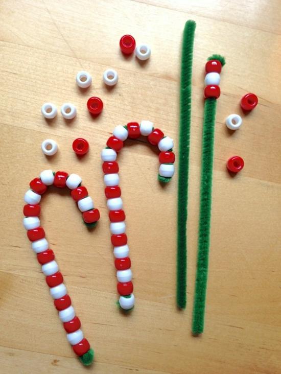 günstige weihnachtsdeko basteln aus plastikperlen und pfeifenputzer
