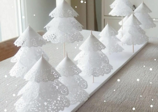 günstige weihnachtsdeko basteln tannenbäume aus tortenspitze