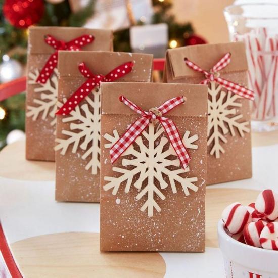 geschenktüte basteln packpapier holzschneeflocke