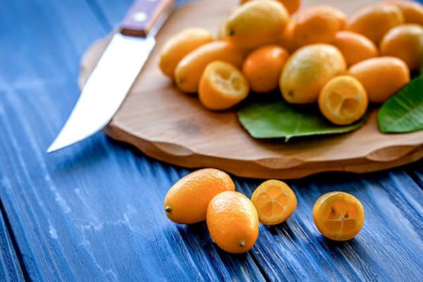 geschnittene kumquat früchte