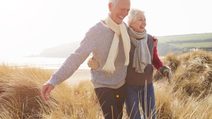 gesund und glücklich im Winter bleiben Senioren spazieren gehen an der frischen Luft
