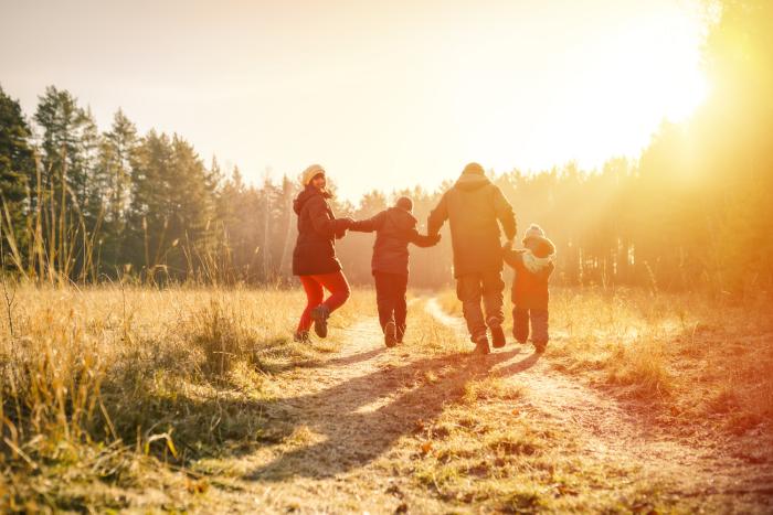 gesund und glücklich im Winter bleiben die ganze Familie zwei Kinder an einem sonnigen Wintertag spazieren gehen