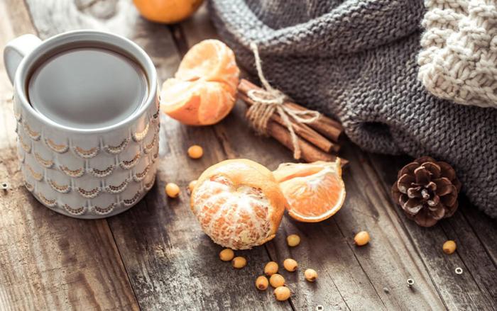 gesund und glücklich im Winter bleiben typische Düfte Orangen Zimt Tannenzapfen aromatischer Tee