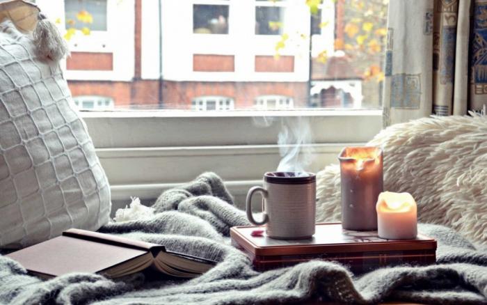 gesund und glücklich im Winter bleiben zu Hause gemütlich machen heißer Tee weiche Texturen Kerzen