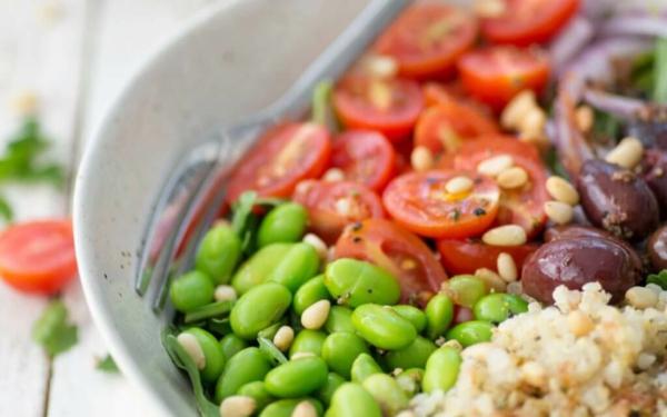 gesunder salat mit edamame bohnen und pinienkernen