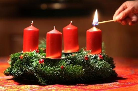 traditionalen adventskranz basteln rote stumpenkerzen