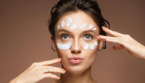 Anti Falten Creme Auftragen im Gesicht