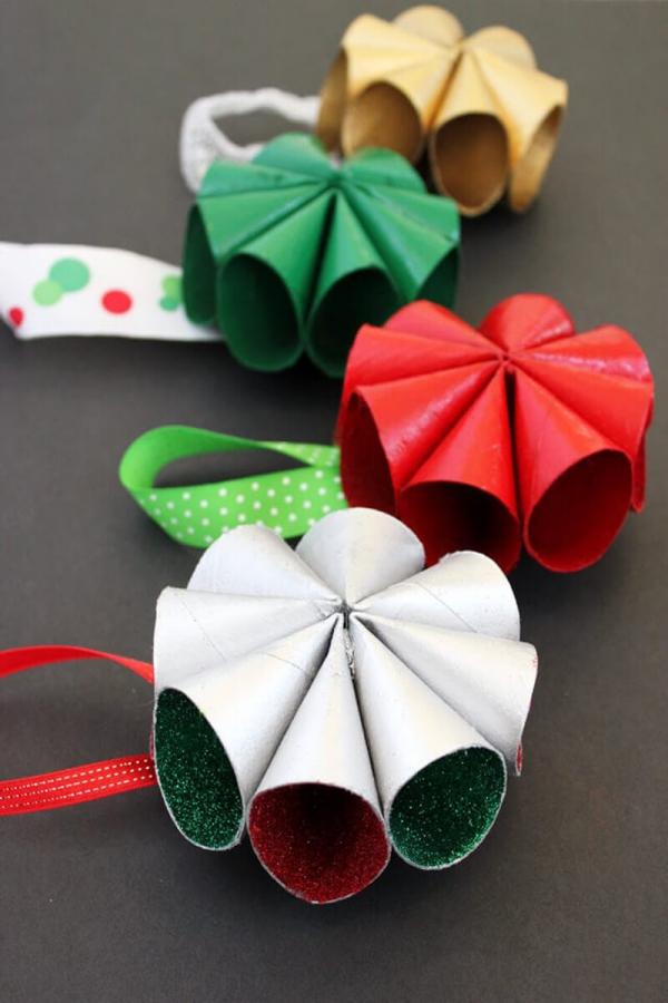 Basteln mit Toilettenpapierrollen zu Weihnachten – kreative Upcycling Ideen und Anleitung bunte weihnachten ornamente schön