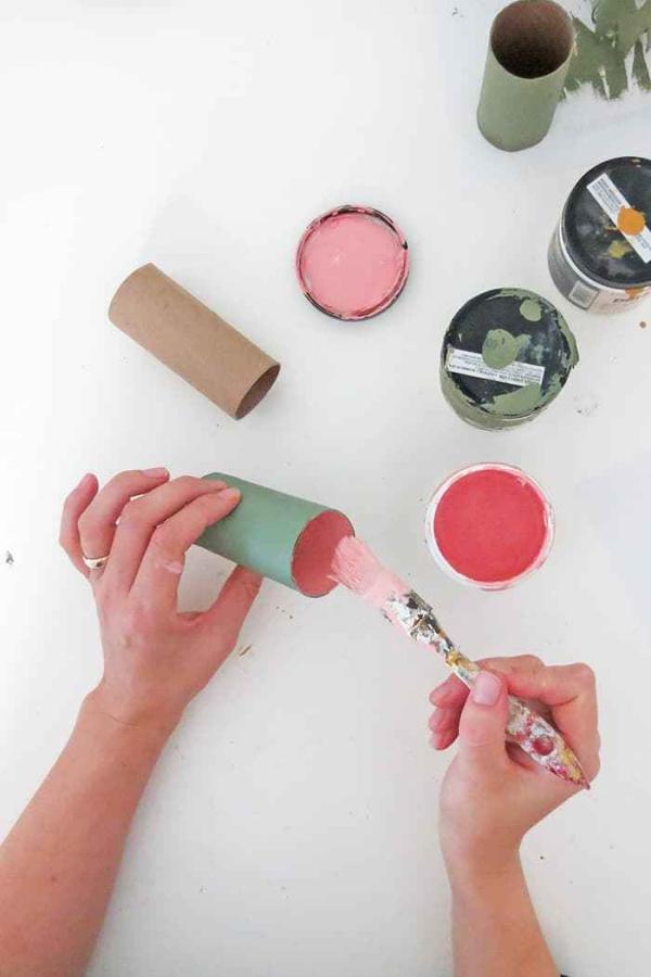 Basteln mit Toilettenpapierrollen zu Weihnachten – kreative Upcycling Ideen und Anleitung ornamente sterne malen farben