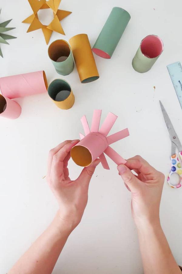 Basteln mit Toilettenpapierrollen zu Weihnachten – kreative Upcycling Ideen und Anleitung sterne ornamente deko ideen
