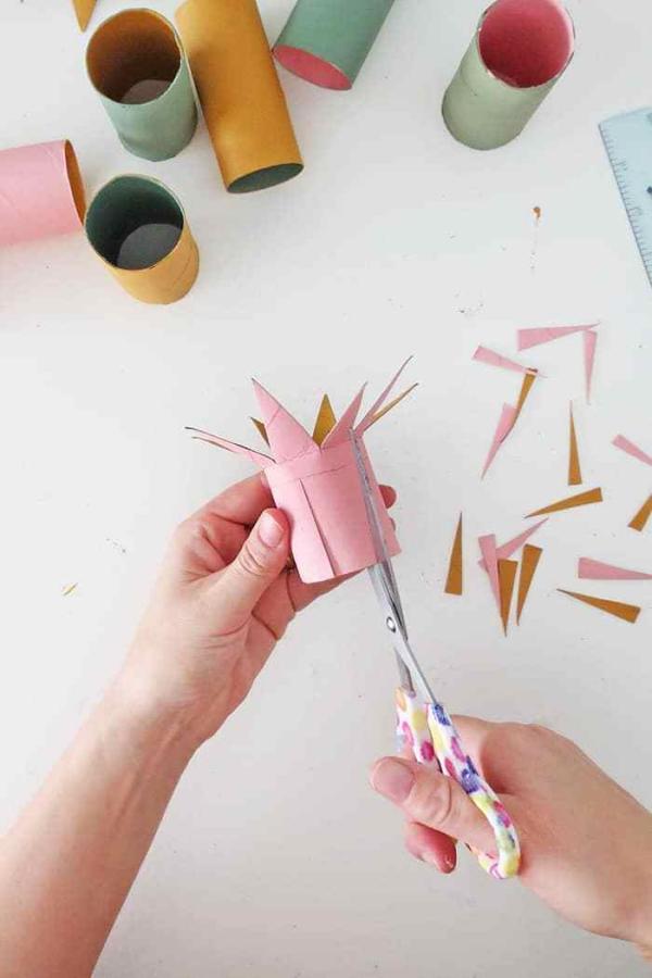 Basteln mit Toilettenpapierrollen zu Weihnachten – kreative Upcycling Ideen und Anleitung tutorial sterne schneiden