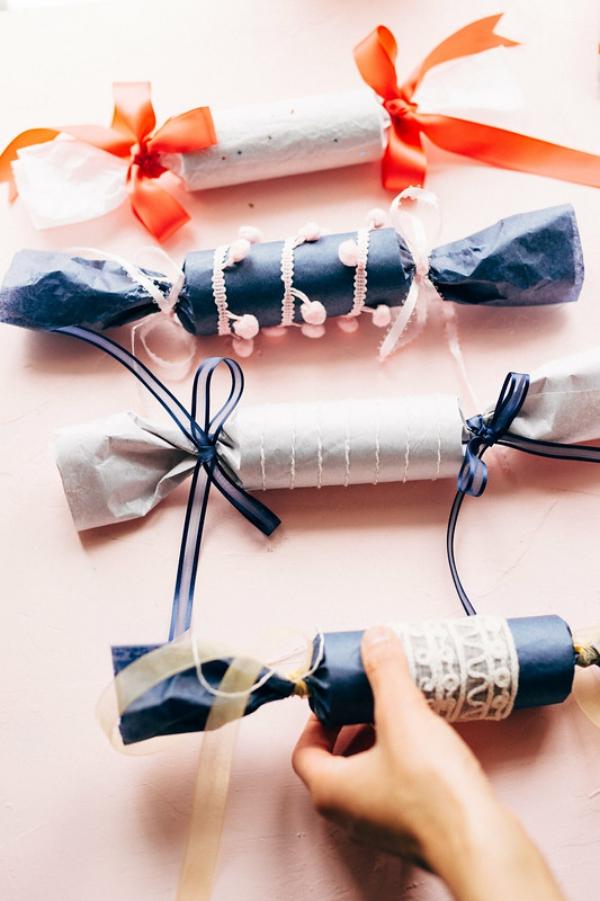 Basteln mit Toilettenpapierrollen zu Weihnachten – kreative Upcycling Ideen und Anleitung weihnachten bonbons reißen