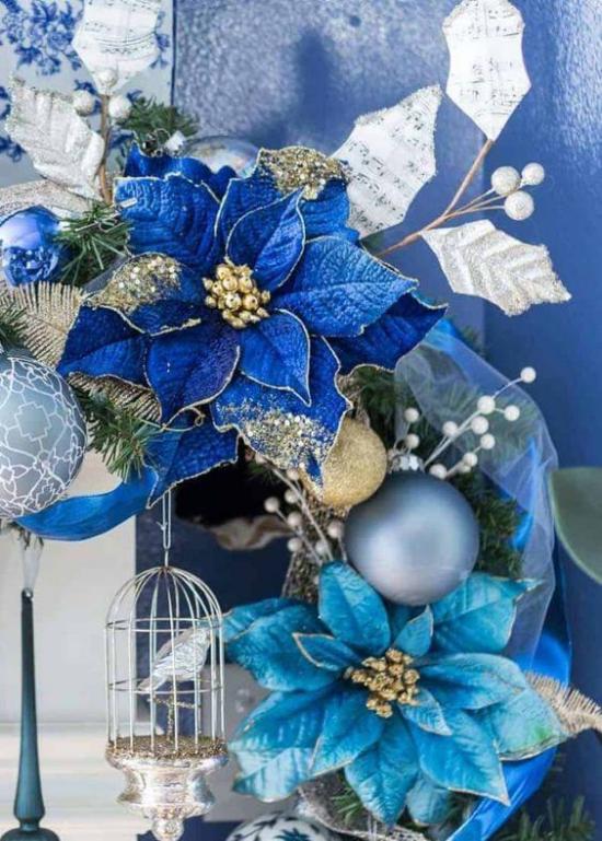 Blau und Silber Weihnachten und Silvester feiern Deko-Arrangement blaue Weihnachtssternblüten sehr attraktiv
