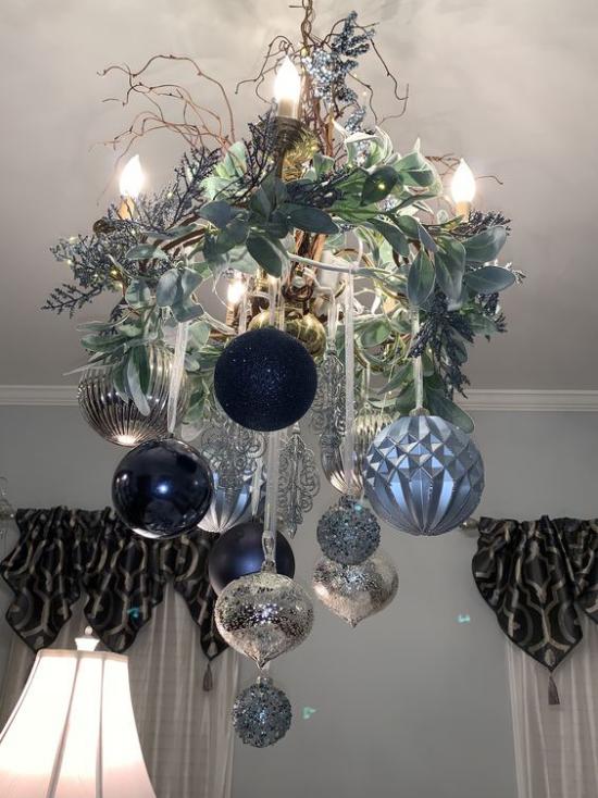 Blau und Silber Weihnachten und Silvester feiern Kronleuchter effektvoll geschmückt Kranz Weihnachtskugeln
