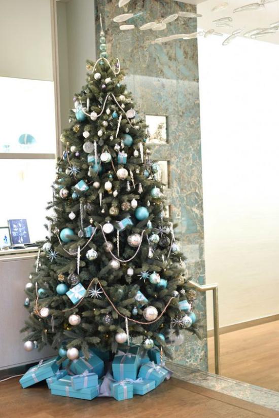Blau und Silber Weihnachten und Silvester feiern Trendige Farbkombination toller Weihnachtskranz für den ganzen Winter