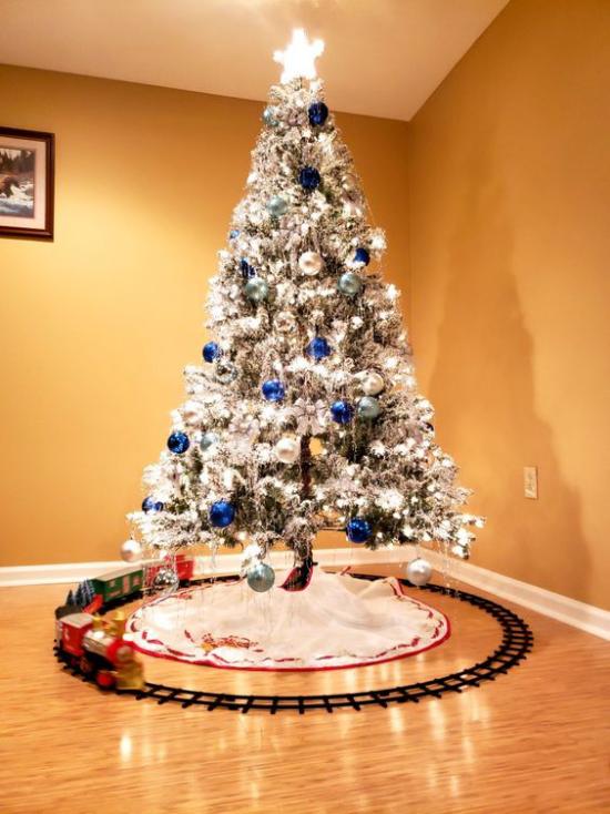 Blau und Silber Weihnachten und Silvester feiern Weihnachtsbaum geschmückt hellblau verpackte Geschenke darunter