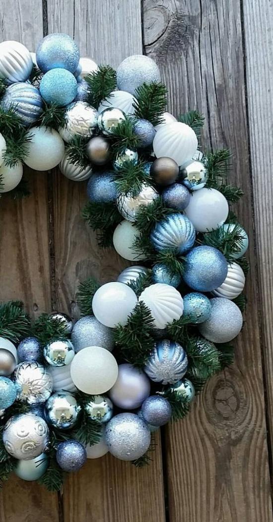 Blau und Silber Weihnachten und Silvester feiern Weihnachtsbaum im Wohnzimmer schön geschmückt viel Glanz und Glamour ideen