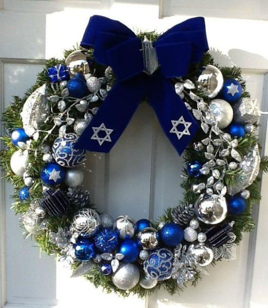 Blau und Silber Weihnachten und Silvester feiern Weihnachtskranz tolle Deko marineblaue Schleife
