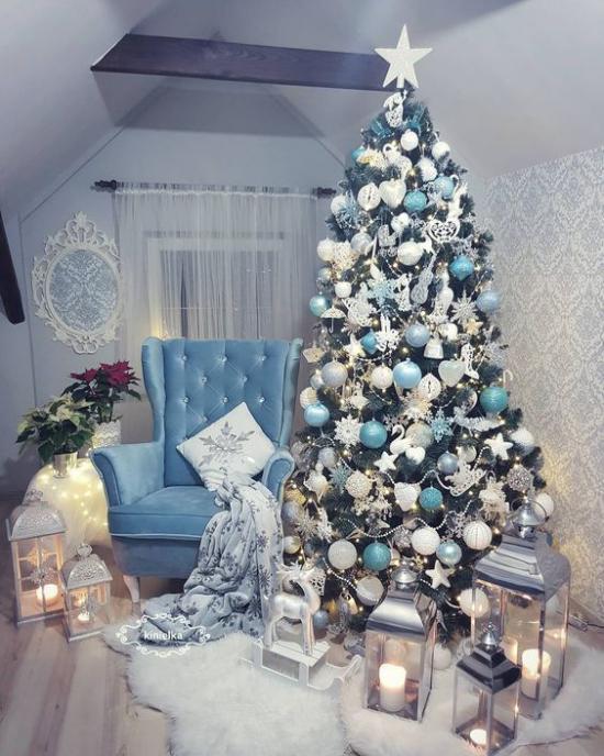 Blau und Silber Weihnachten und Silvester feiern Zimmer unter der Schräge hellblaue Töne Grau Silber wirkt beruhigend