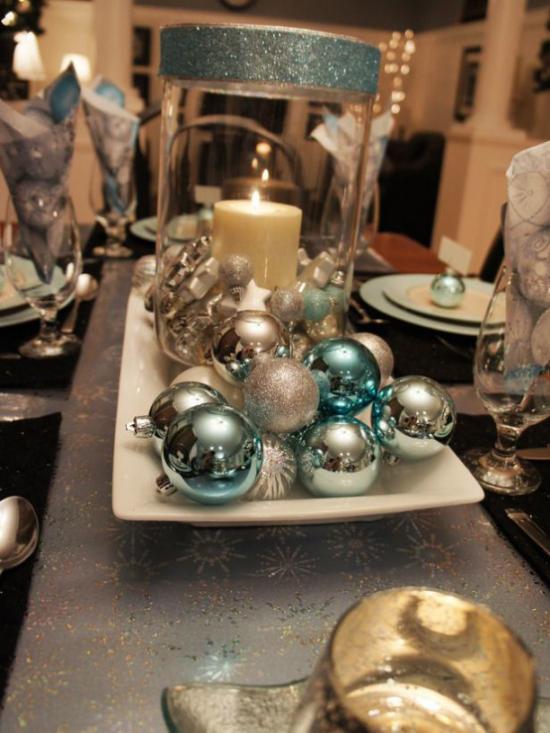 Blau und Silber Weihnachten und Silvester feiern festliche effektvolle Tischdeko glitzernde Kugeln in der Tischmitte arrangiert