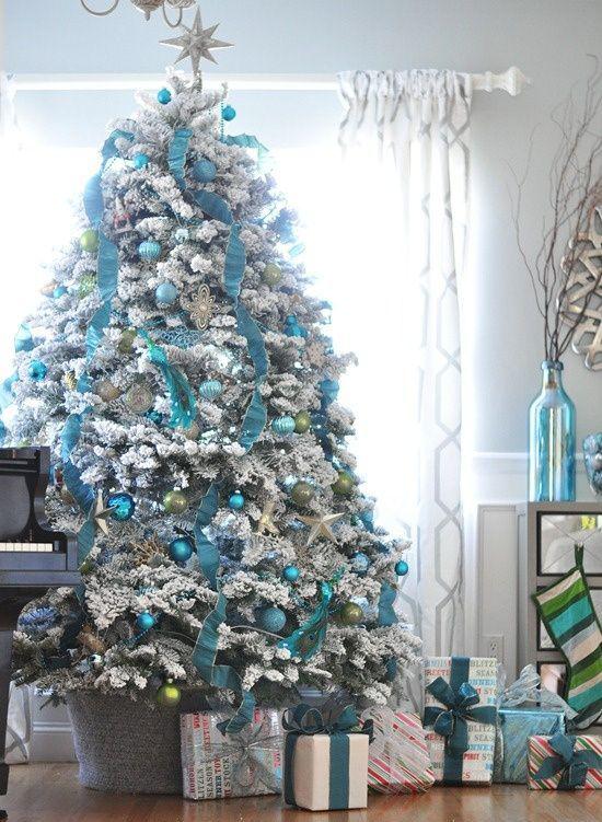 Blau und Silber Weihnachten und Silvester feiern hoher üppig geschmückter Christbaum wirkt elegant und frisch