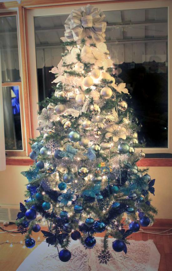 Blau und Silber Weihnachten und Silvester feiern schön geschmückter Weihnachtsbaum Ombre-Look Wow-Effekt
