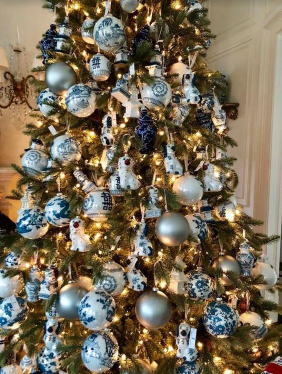 Blau und Silber Weihnachten und Silvester feiern schön geschmückter Weihnachtsbaum zahlreiche Kugeln