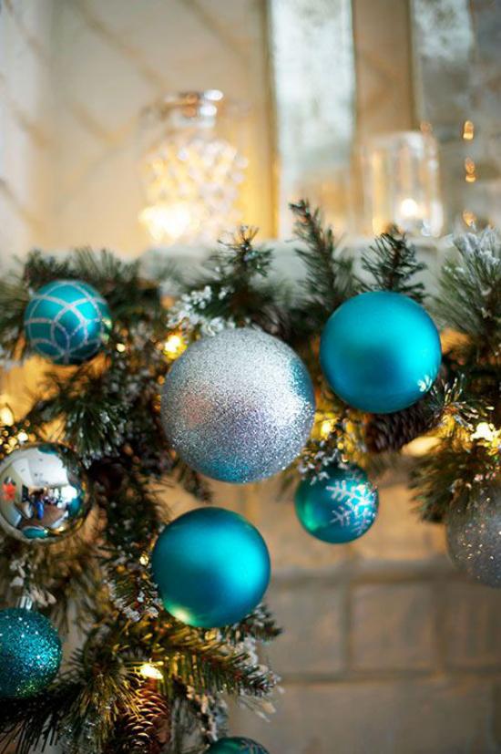 Blau und Silber Weihnachten und Silvester feiern schöner Weihnachtsschmuck bringt den Tannenbaum zum Schimmern