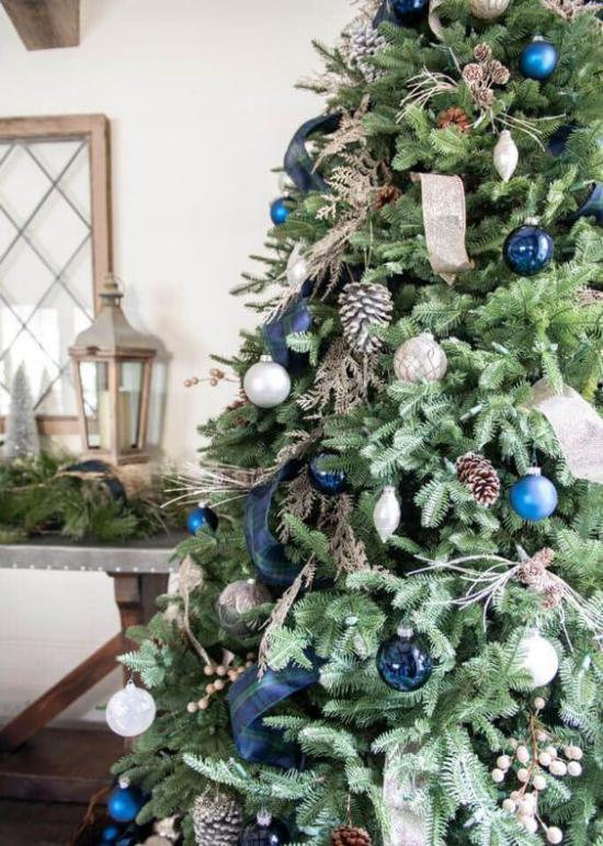 Blau und Silber Weihnachten und Silvester schön geschmückter Christbaum Hingucker
