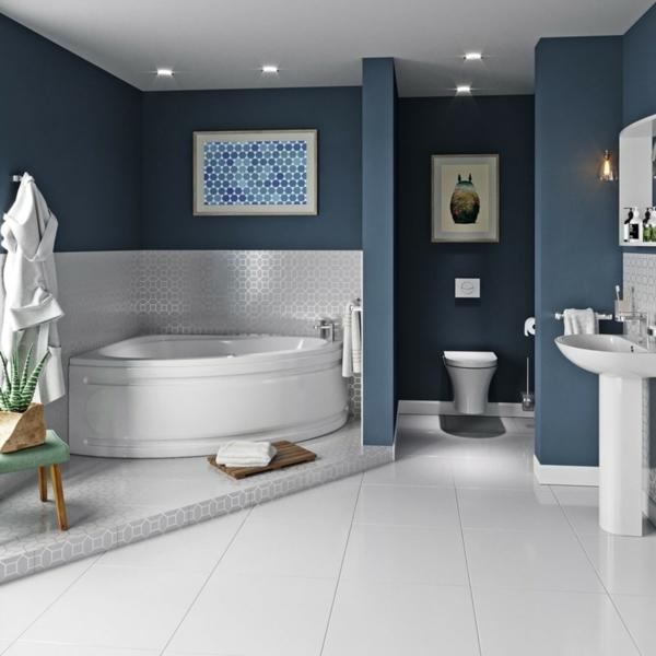 Eckbadewanne die clevere Lösung fürs kleine Badezimmer Wandfarbe Blau