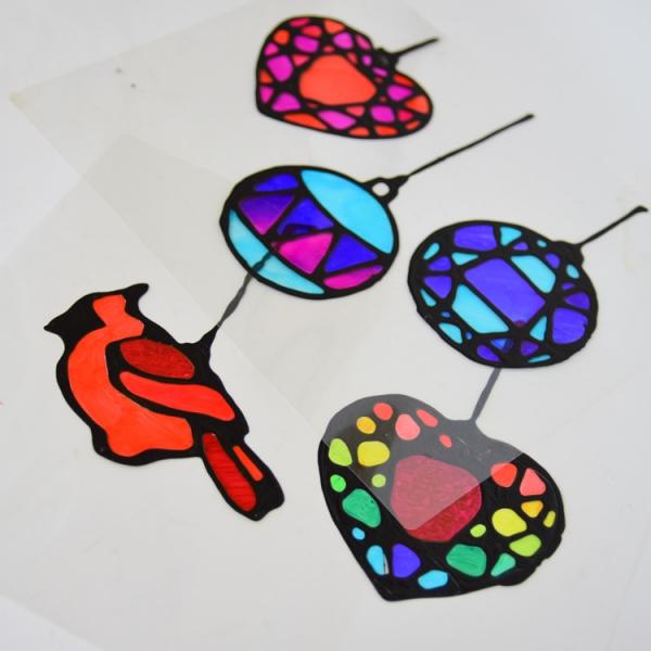 Fensterbilder basteln zu Weihnachten – zauberhafte Ideen und Anleitungen einfache weihnachten sonnenfänger buntglas optik