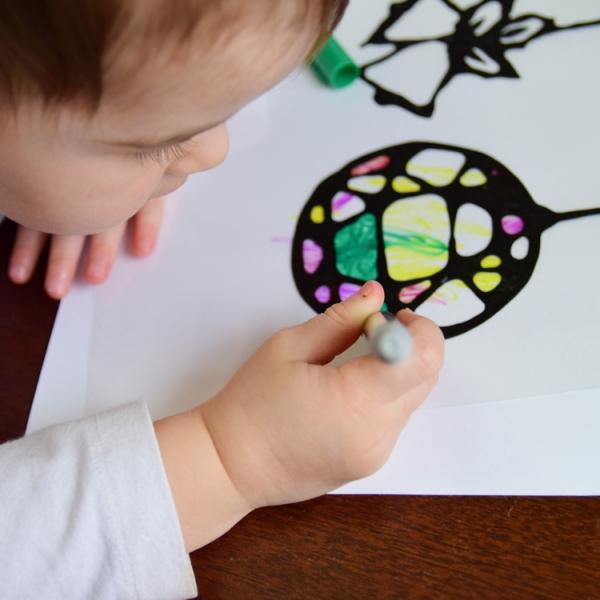 Fensterbilder basteln zu Weihnachten – zauberhafte Ideen und Anleitungen kinder bemalen ornamente sonnenfänger