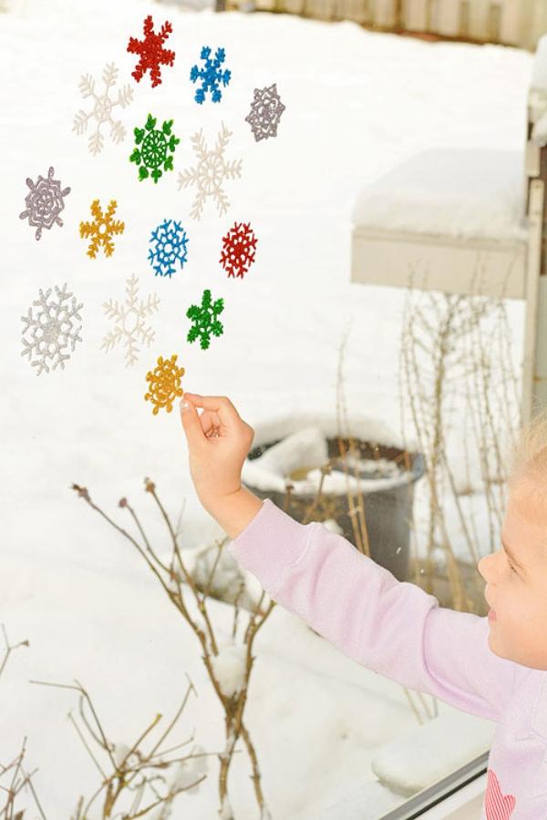 Fensterbilder basteln zu Weihnachten – zauberhafte Ideen und Anleitungen kinder spielen mit schneeflocken bilder