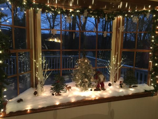 Fensterdeko zu Weihnachten Fensterbank Weihnachtsmann dekorativer Schnee