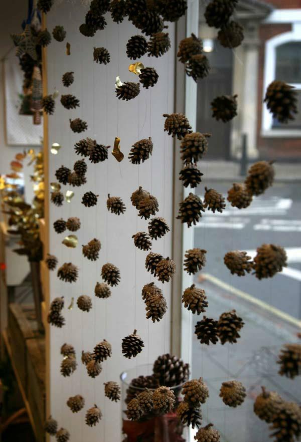 Fensterdeko zu Weihnachten Girlanden aus Tannenzapfen