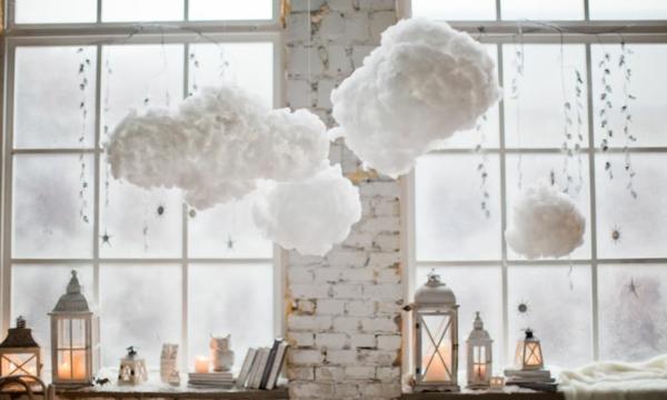 Fensterdeko zu Weihnachten Kerzen dekorative Wolken